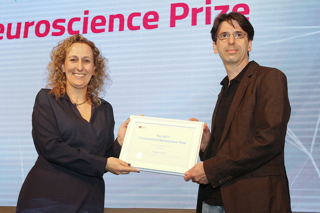 Professor Dr. Fred Wolf receives the Mathematical Neuroscience Prize 2017 from Miri Polachek, managing director of the Israel Brain Technologies (IBT) in Tel Aviv.