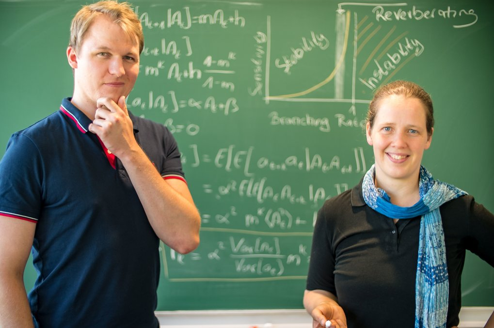 Jens Wilting and Viola Priesemann show the core of their mathematical derivations. The new method allows a more precise estimation of the dynamics and stability of systems in which only a small part can be observed. In the brain, for example, only a small fraction of millions or billions of neurons can be measured.