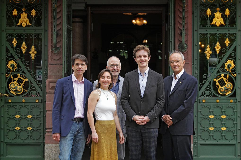 Prof. Fred Wolf, Dr.<span>Agostina Palmigiano, Prof. Theo Feisel, Dr.<span>Manuel Schottdorf und Prof. Walter Stühmer (v.l.) nach der Preisverleihung</span></span>